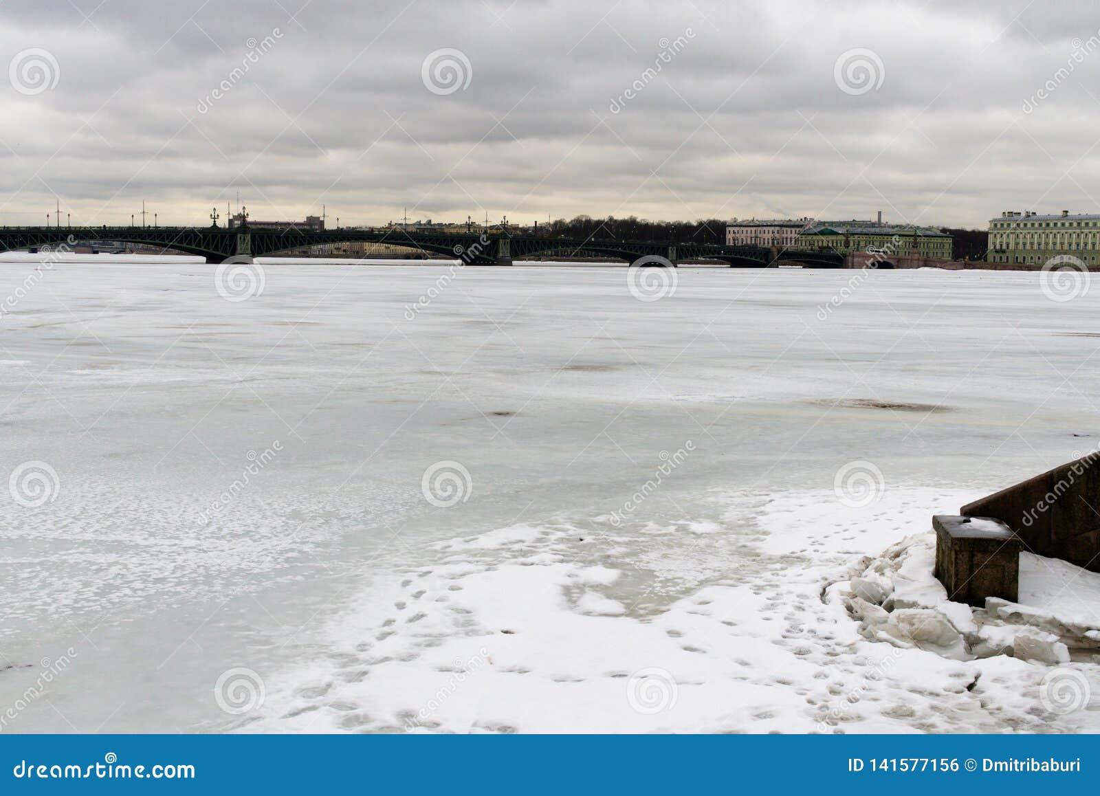 St Petersburg, Rússia, o 10 de março de 2019 Ideia de Neva River, da ponte e da parte central da cidade