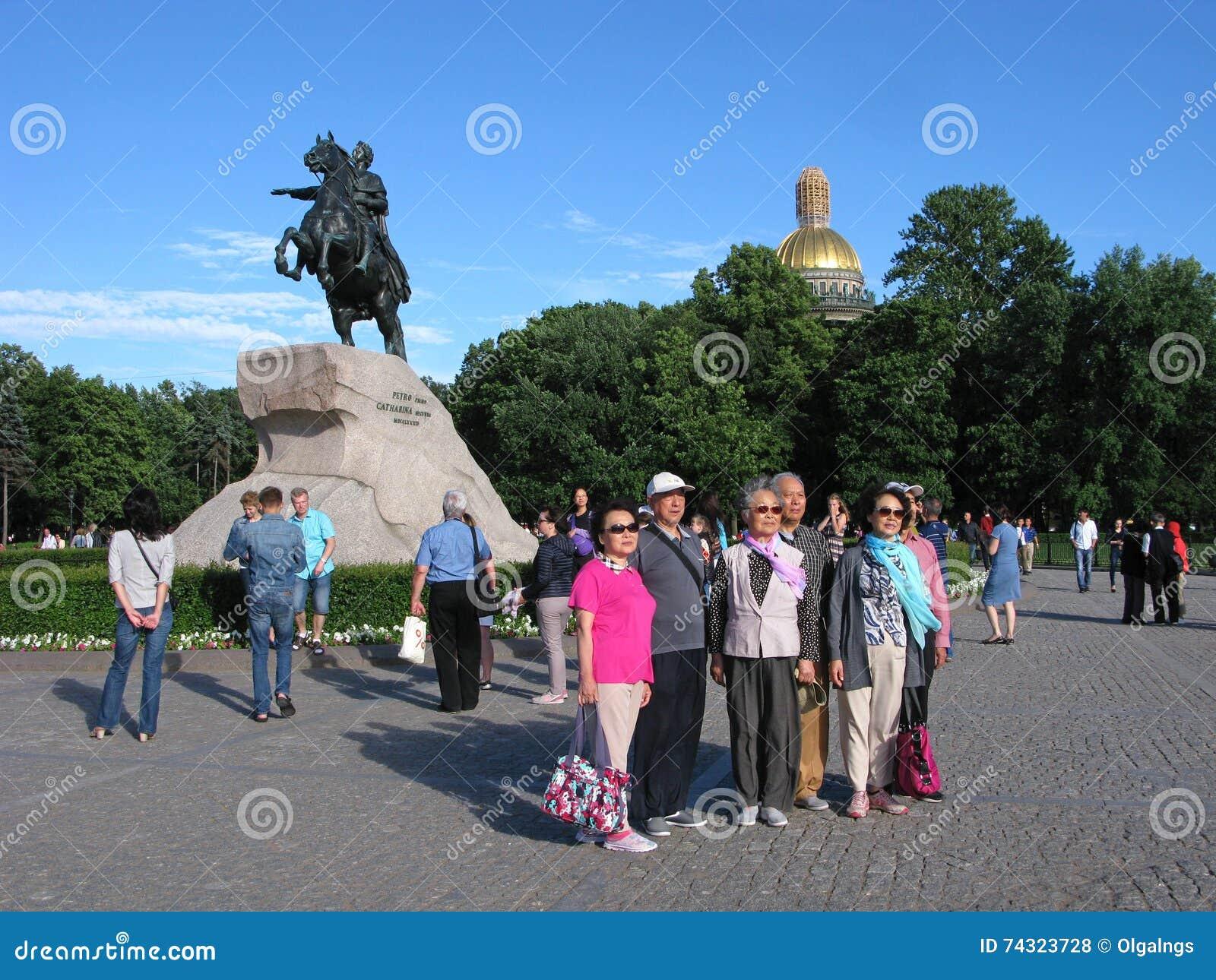 St Petersburg, Rússia Turistas em Alexander Garden