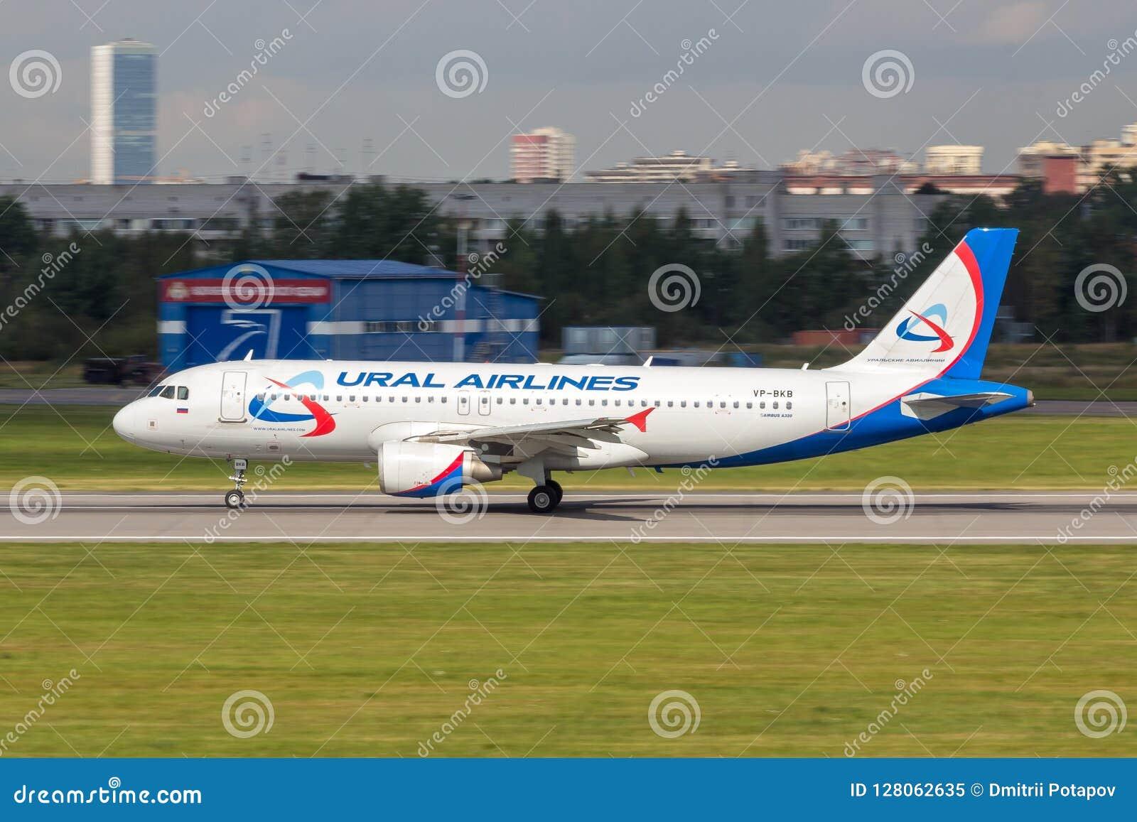 St Petersburg, Rússia - 08/16/2018: ` VP-BKB de Ural Airlines do ` de Airbus A320 do avião de passageiros do jato no aeroporto de