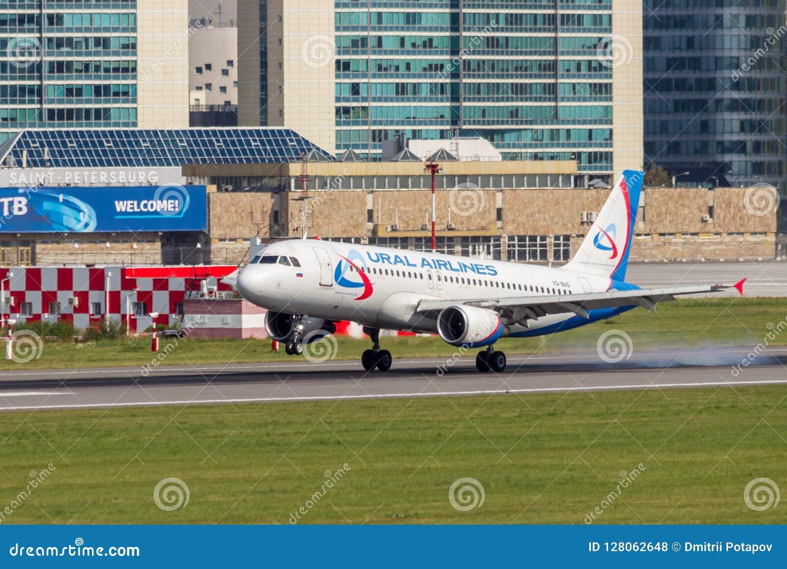 St Petersburg, Rússia - 08/16/2018: ` VQ-BAG de Ural Airlines do ` de Airbus A320 do avião de passageiros do jato no aeroporto de