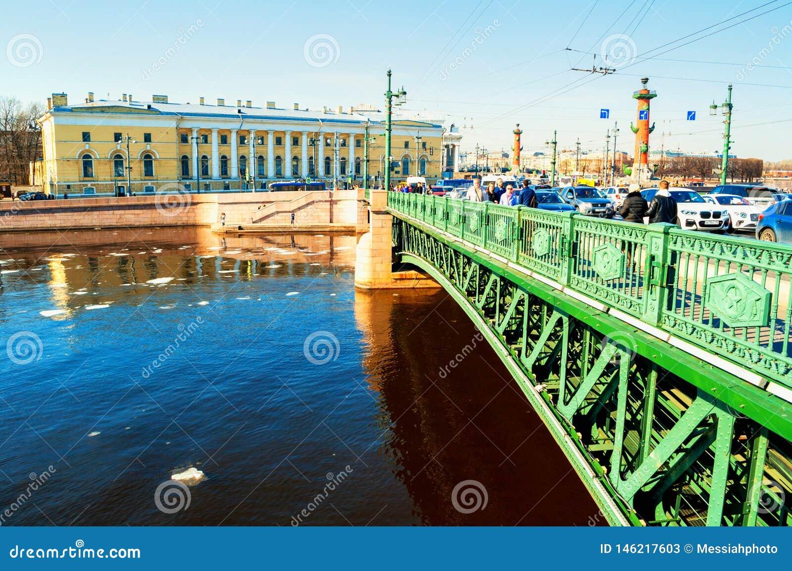 St Petersburg, R?ssia Ponte do palácio sobre o rio de Neva em St Petersburg Rússia e construção zoológico do museu