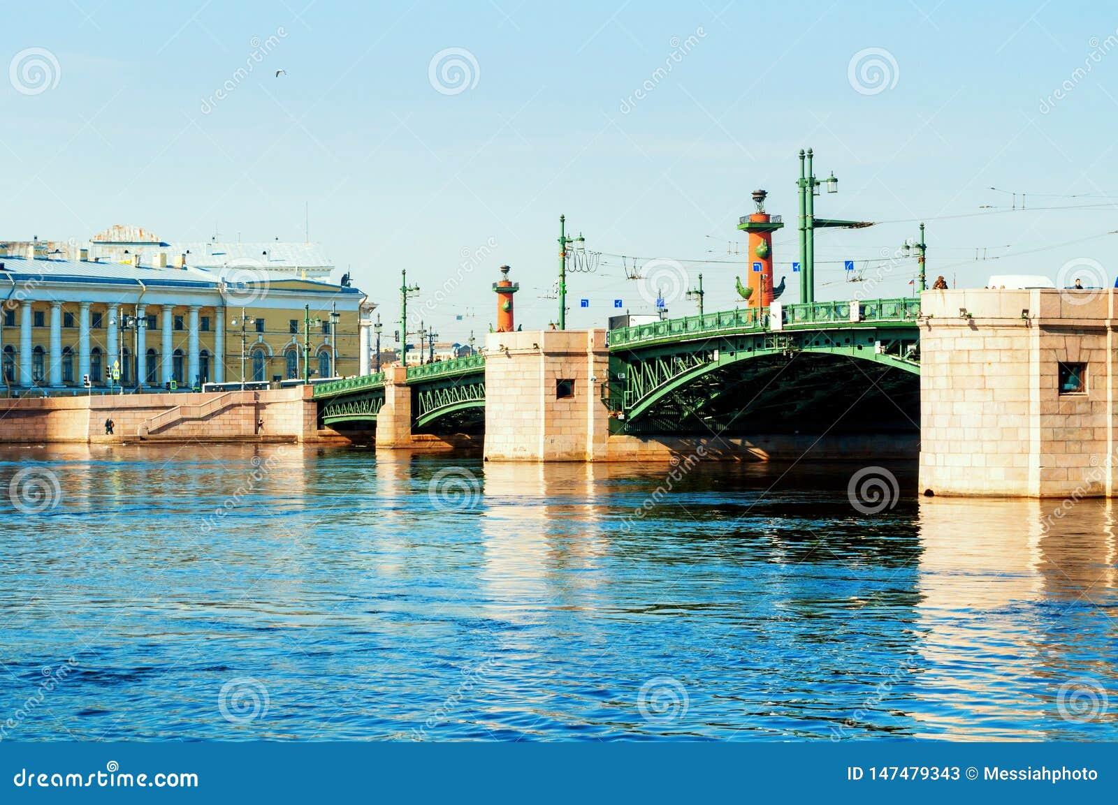 St Petersburg, R?ssia Ponte do pal?cio sobre o rio de Neva em St Petersburg R?ssia e museu zool?gico