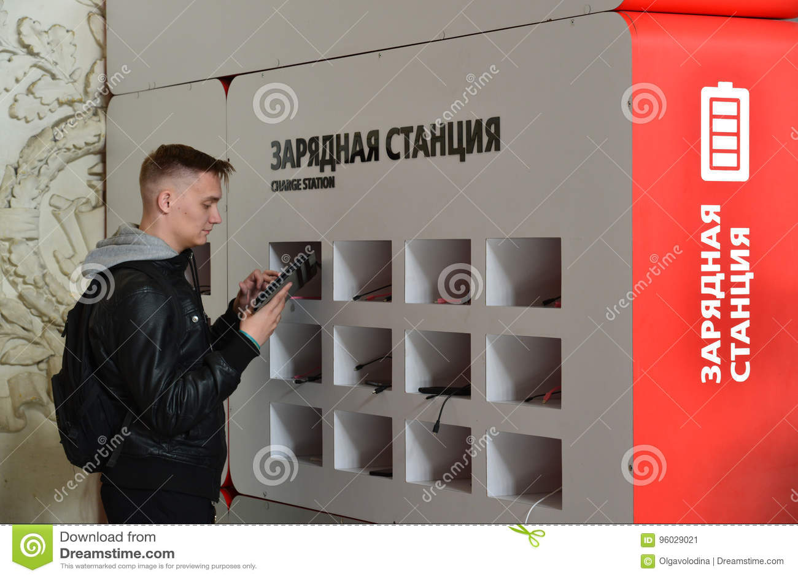 St Petersburg Rosja, Czerwiec, - 01 2017 Ładuje stacja dla gadżetów przy Moskwa stacją kolejową