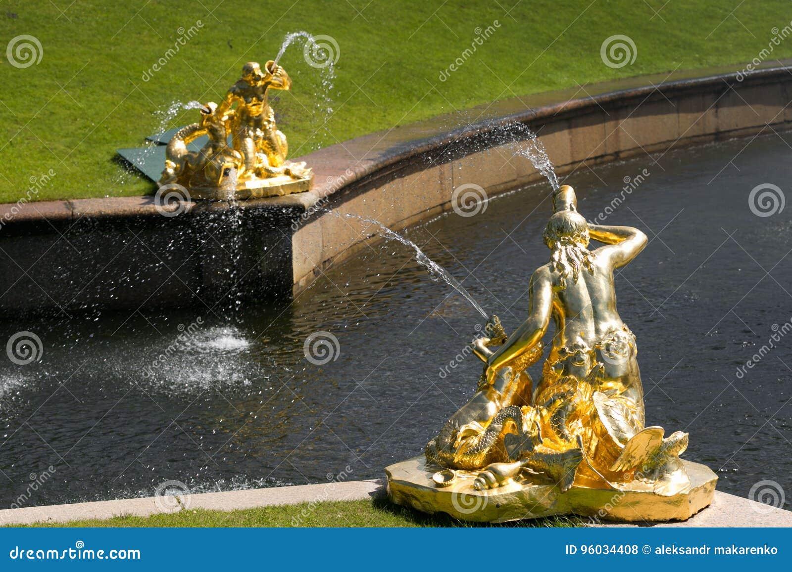 St Petersburg Rosja, Czerwiec, - 28, 2017: kaskada fontanny w Peterhof w St Petersburg Petersburg