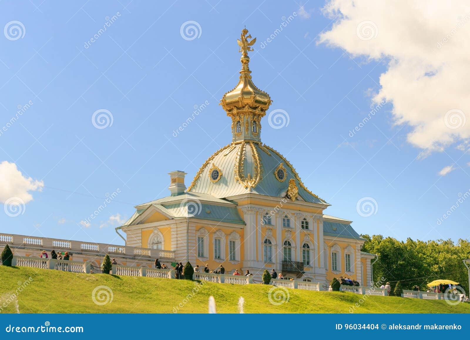 St Petersburg Rosja, Czerwiec, - 28, 2017: kościół z złotymi kopułami w Peterhof w St Petersburg petersburg