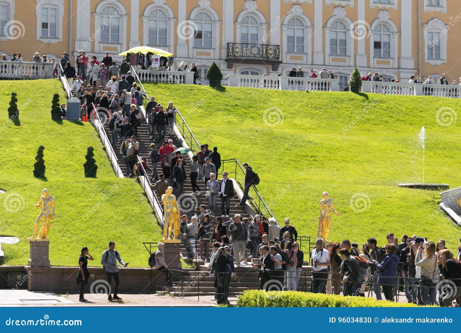 St Petersburg Rosja, Czerwiec, - 28, 2017: wiele turyści od różnych krajów w Peterhof w St Petersburg Petersburg