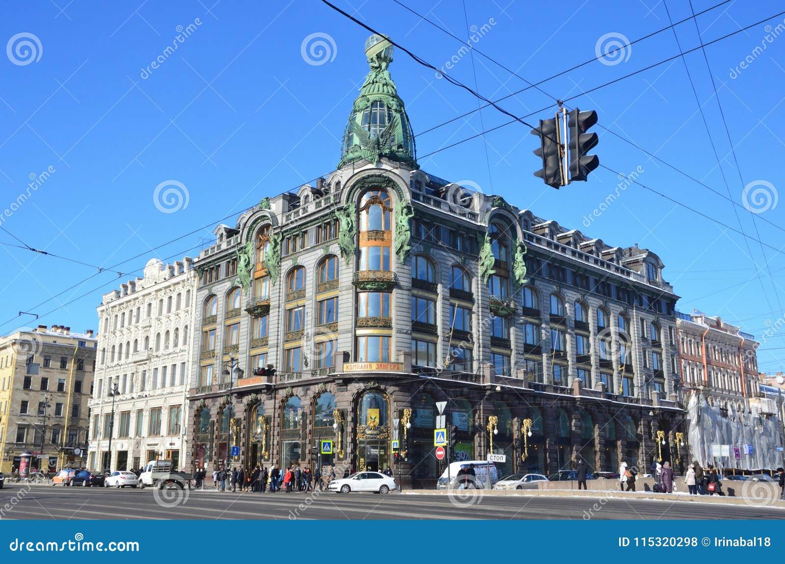 St Petersburg, Rosja, Luty, 27, 2018 Ludzie chodzi blisko domu książki - budynek firma Zinger święty