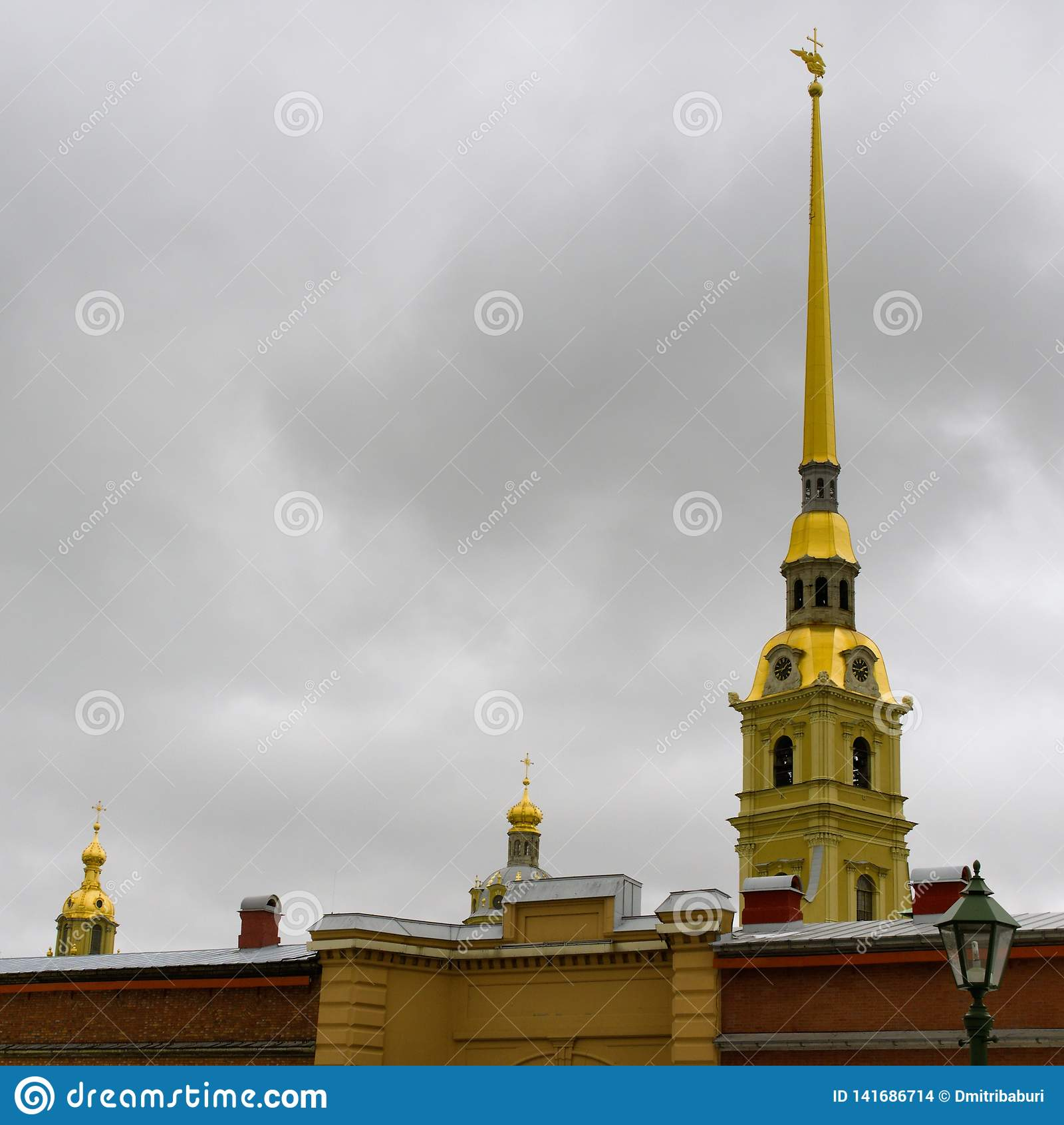 St Petersburg, Rosja, Marzec 10, 2019 Wiosna widok iglica katedra i ściana forteca Peter i Paul