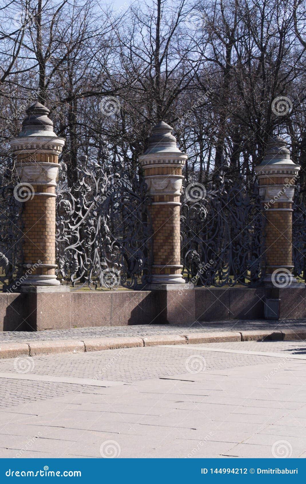 St Petersburg, Rusia, abril de 2019 Fragmento de la cerca magnífica de la iglesia famosa del salvador en la sangre Spilled