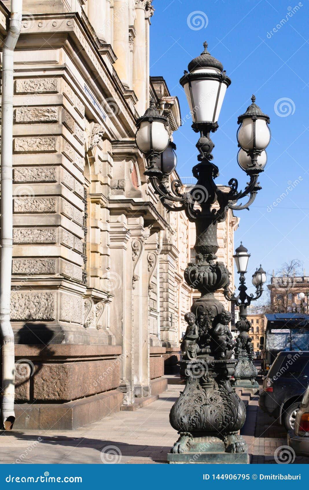 St Petersburg, Rusia, abril de 2019 Linternas en callejón de la sal delante de Baron Stieglitz College