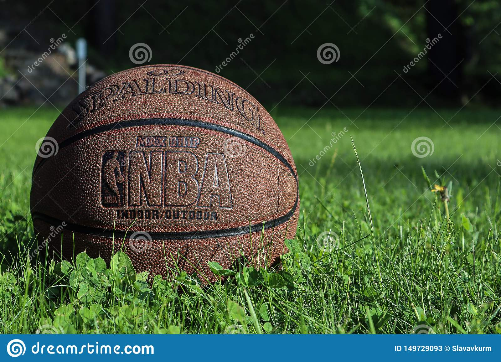 St Petersburg, Rusia - 5 DE JUNIO DE 2019: bola del baloncesto en hierba verde concepto de final de la segunda fase de NBA backgr
