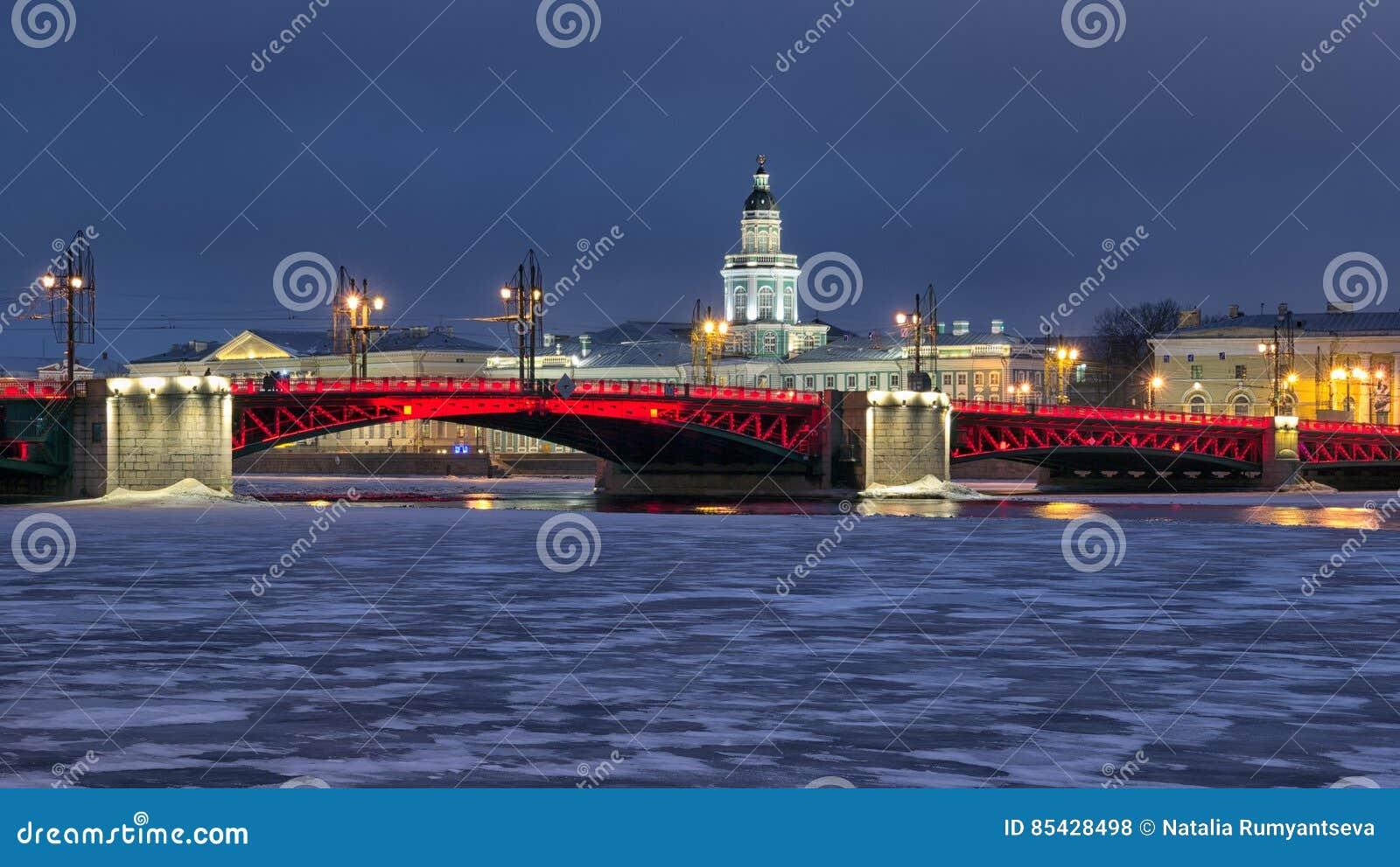 St Petersburg Rusia El puente del palacio