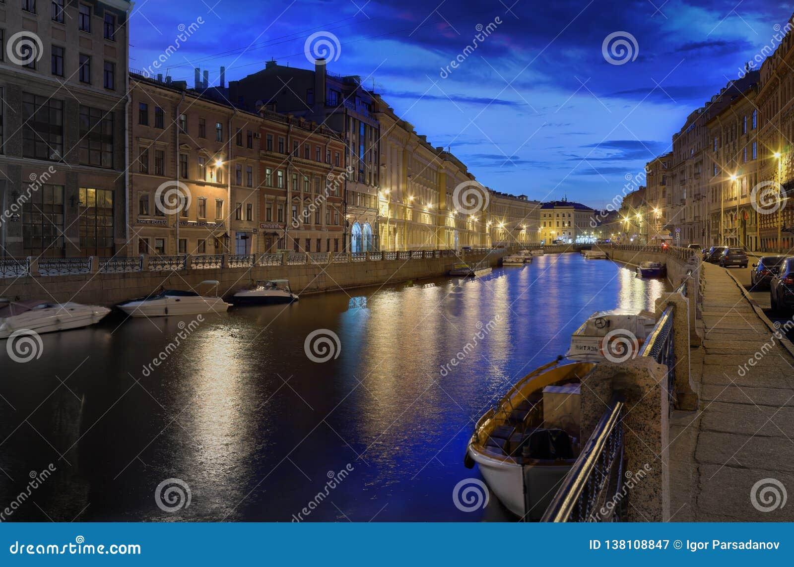 St. Petersburg, Rusland - 24 de Dijk van MEI 2017 van de Moika-rivier na zonsondergang