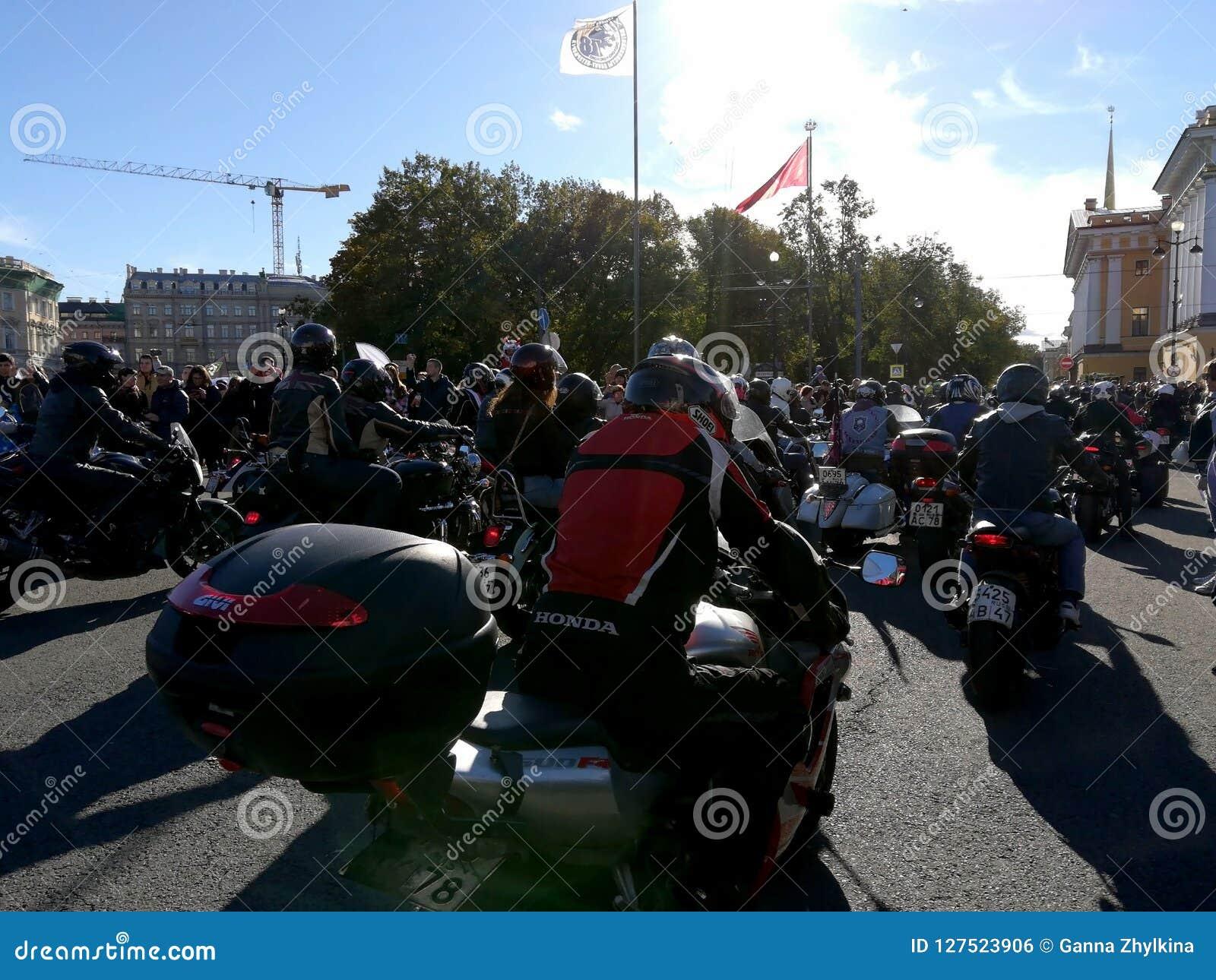 St. Petersburg, Rusland - 09 29 2018: Motofestival bij het Paleisvierkant, het sluiten van het motorseizoen