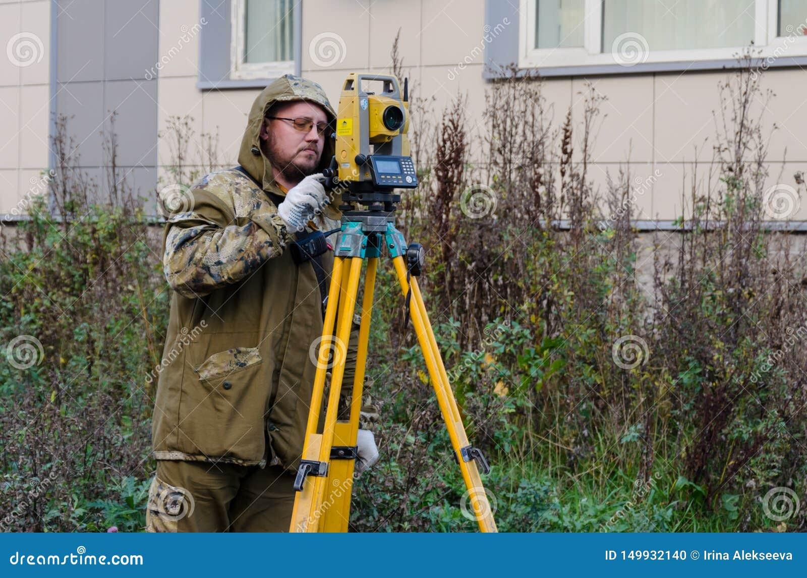 St. Petersburg, 23,2018 Rusland-Oktober - landmetersarbeider met theodoliet