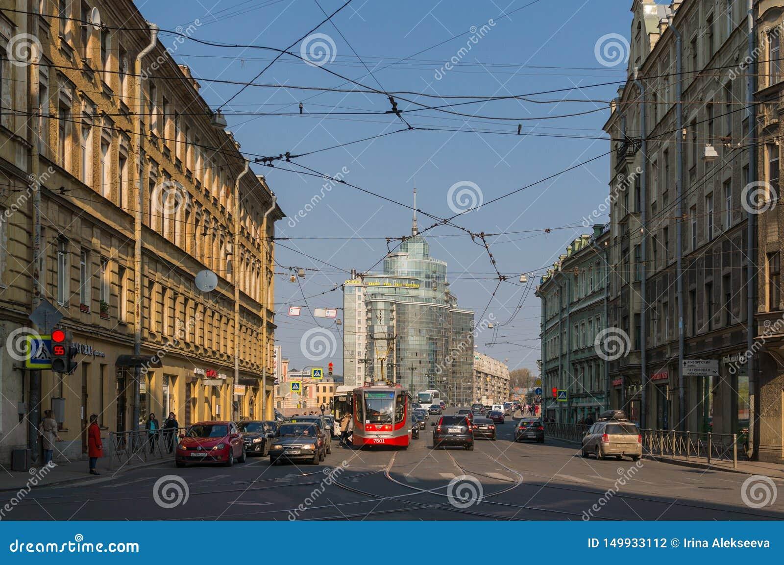 St Petersburg Russia-04 26,2019: Cityscape med bilar och spårvagnstationen Trafikljus som förbjuder trafik elektriska tr?dar