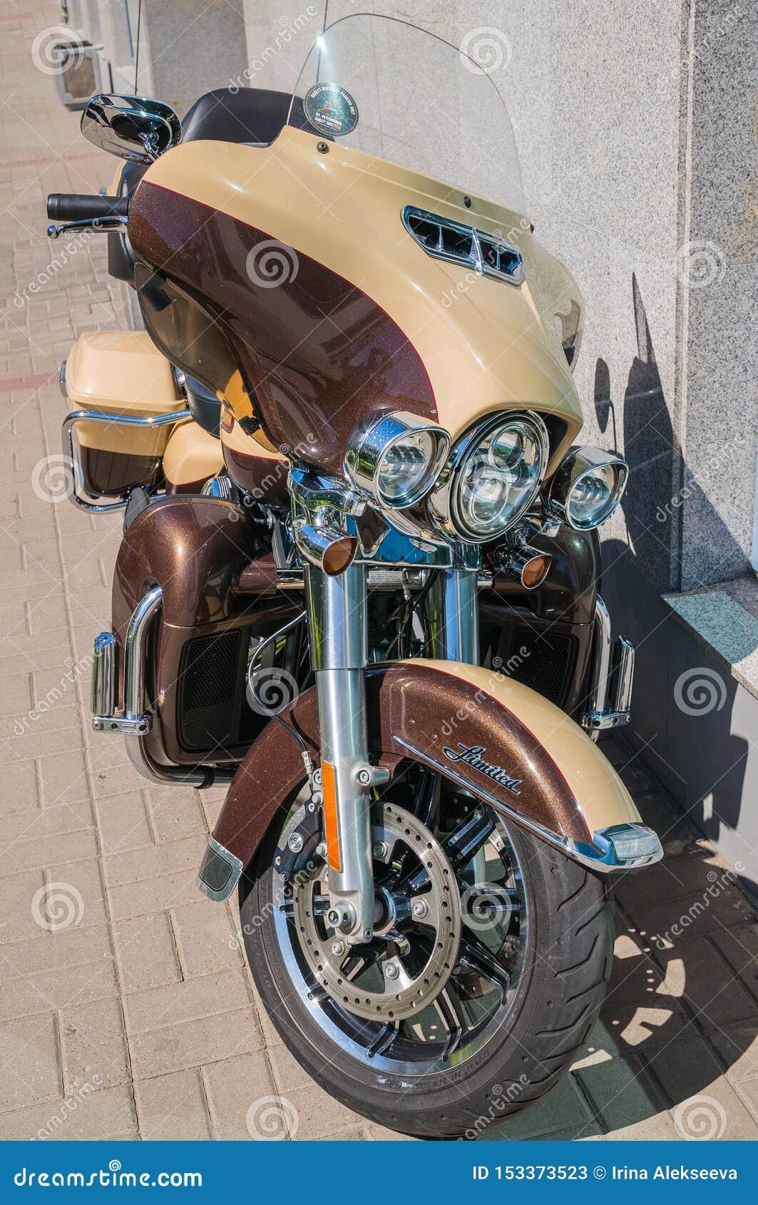 St Petersburg, Russia - 06 18 2019: Motociclo moderno spettacolare parcheggiato su una via della città Harley-Davidson Ultra Limi