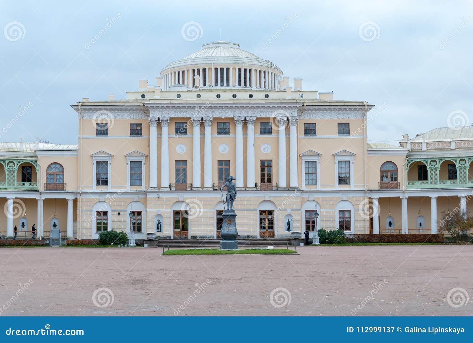 St Petersburg, Russia 23 ottobre 2017: Monumento all imperatore Paolo I davanti al palazzo di Pavlovsk in Pavlovsk