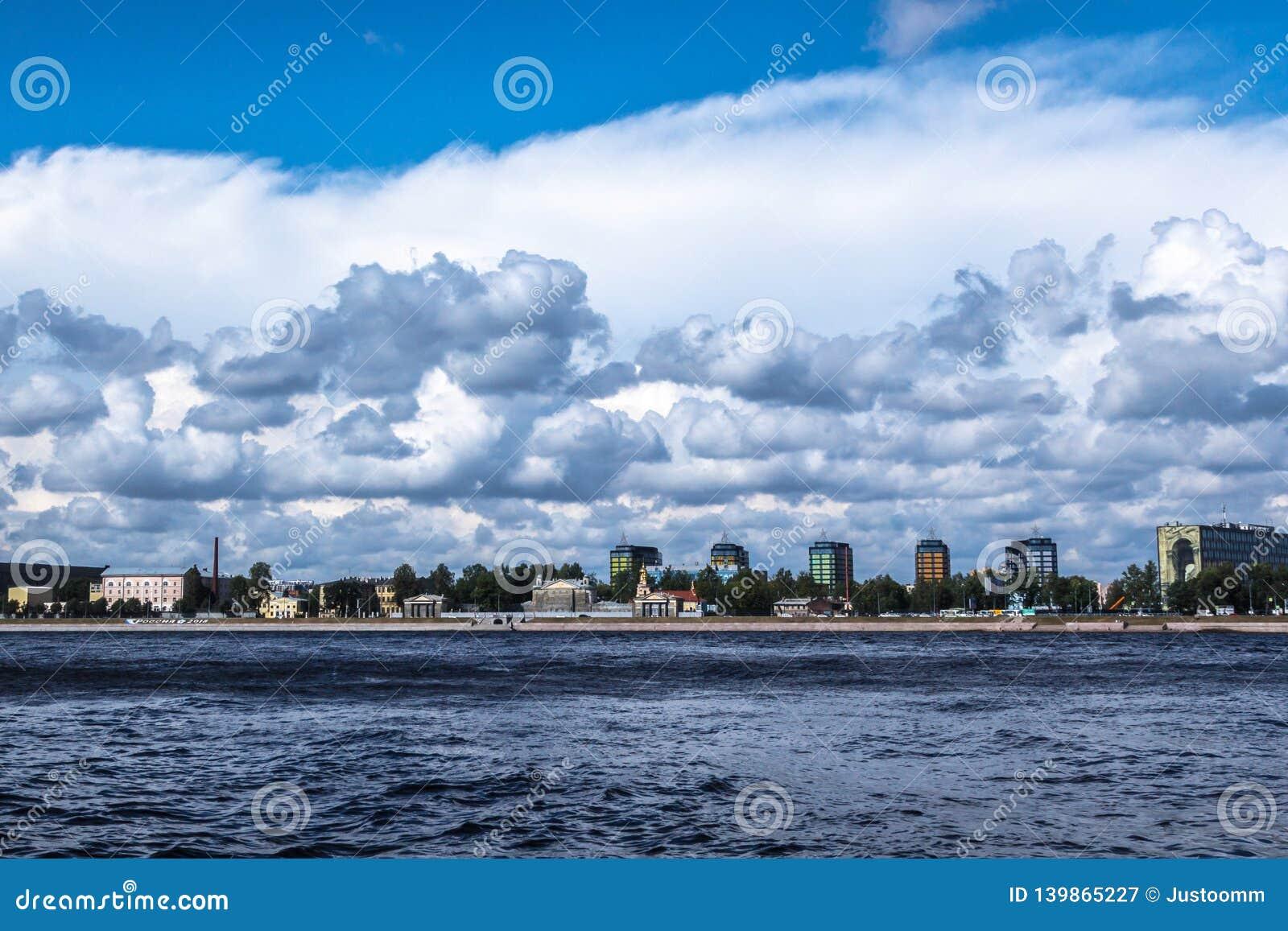 ST PETERSBURG, RUSSIE - 29 AOÛT 2018 : vue sur le remblai de Sverdlovskaya