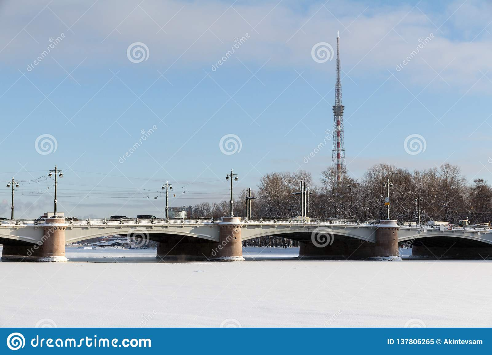 ST PETERSBURG, RUSSIE - 24 janvier 2019 : Vue de pont de Kamennoostrovsky et de la tour de TV de Malaya Nevka River dans le St