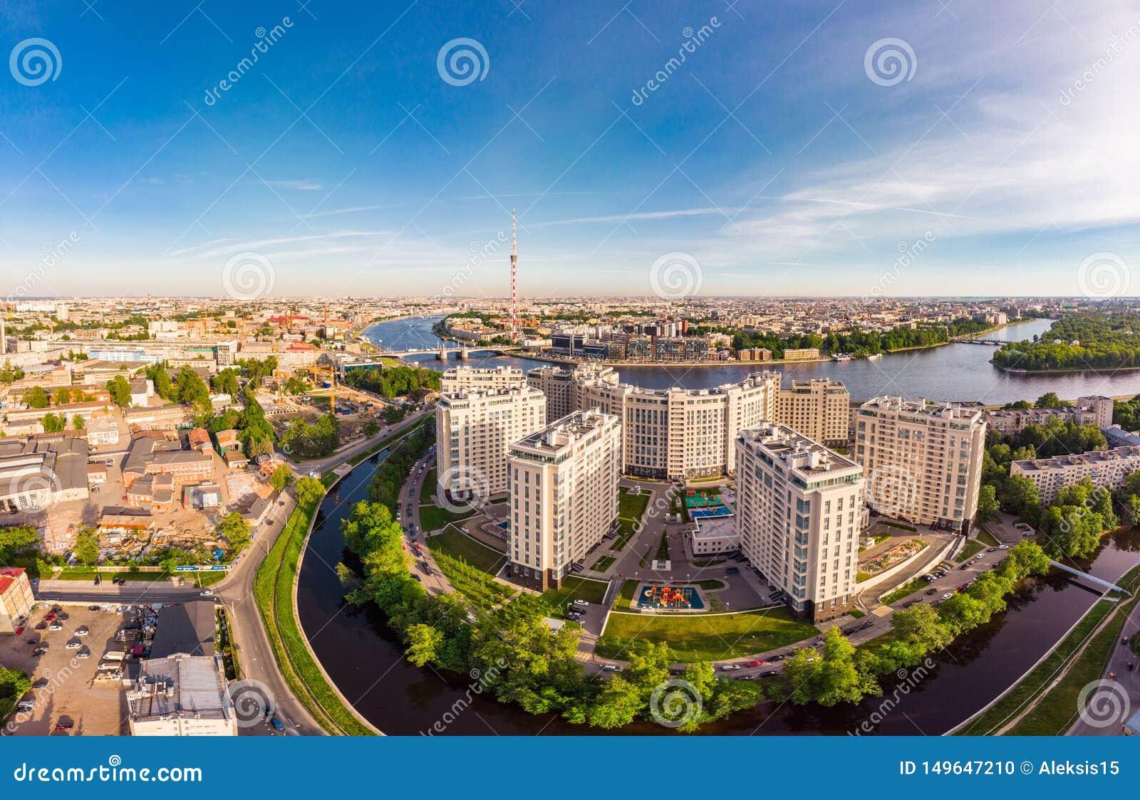 ST PETERSBURG, RUSSIE - 3 juin 2019 : Belle vue supérieure aérienne à la rive complexe résidentielle de nouvelle élite sur