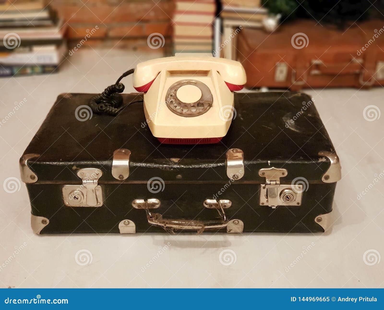 ST PETERSBURG, RUSSLAND: Alter sowjetischer Koffer und ein beige Drehtelefon an am 30. Januar 2019