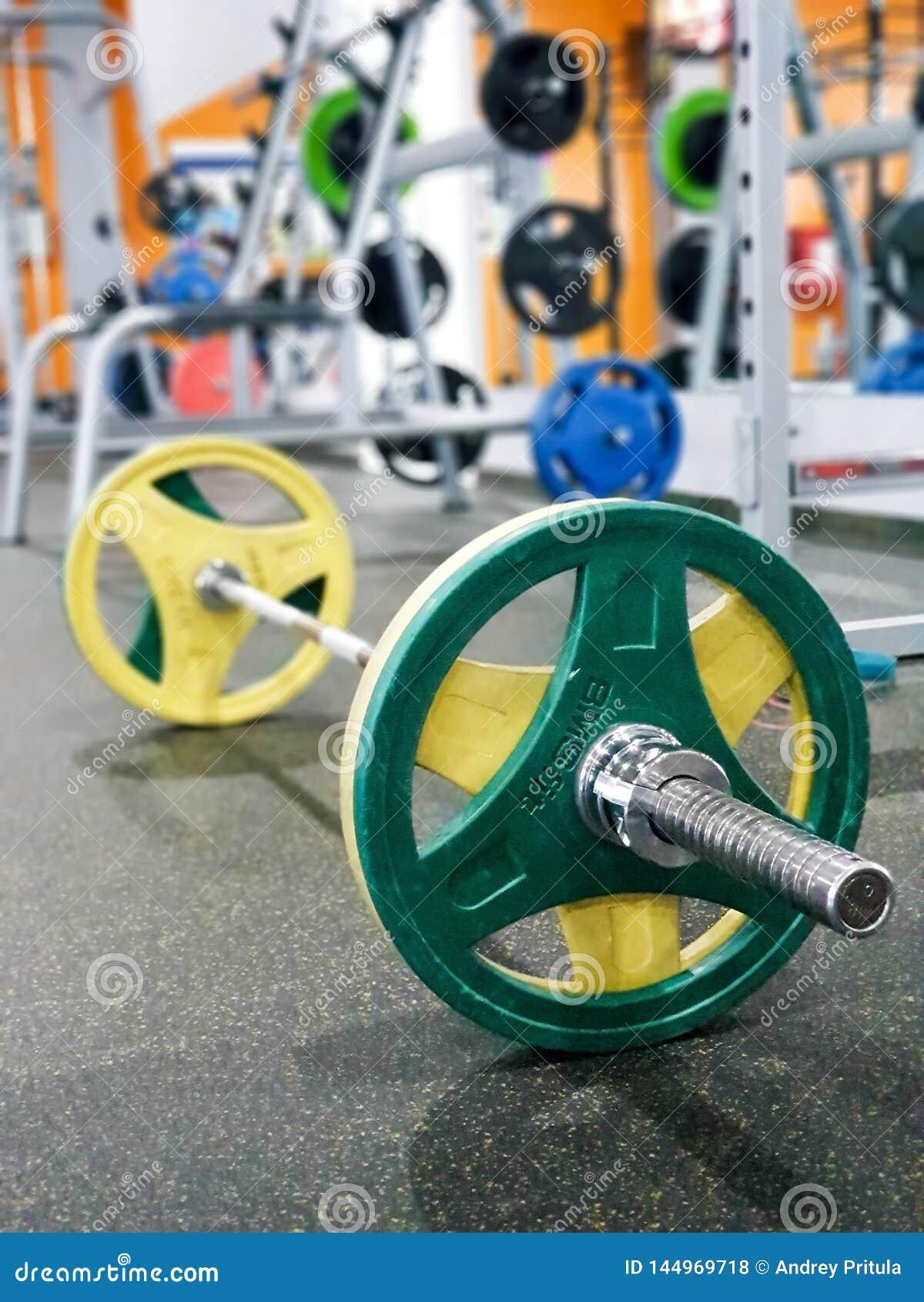 ST PETERSBURG, RUSSLAND: Sportausrüstung Barbell mit den gelben und grünen Disketten im sportclub St Petersburg, Russland an am