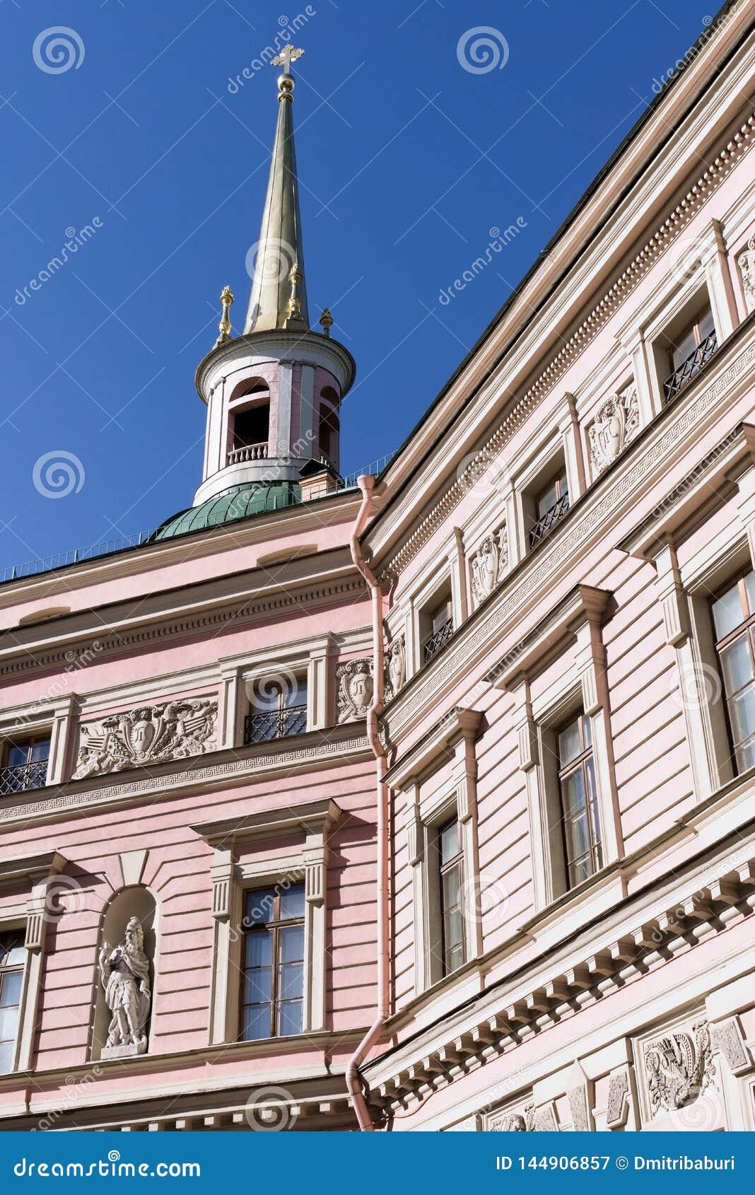 St Petersburg Ryssland, April 2019 Fragment av inre av borggården av den Mikhailovsky slotten