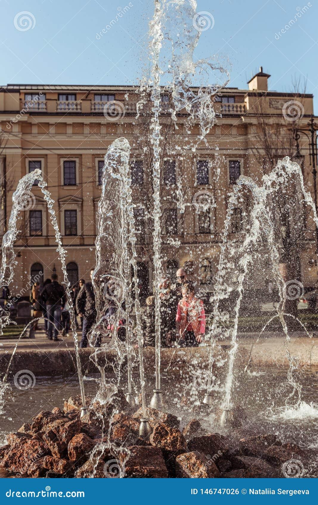 St Petersburg Ryssland - April 21 2019: Springbrunnen i den italienska gatan i St Petersburg