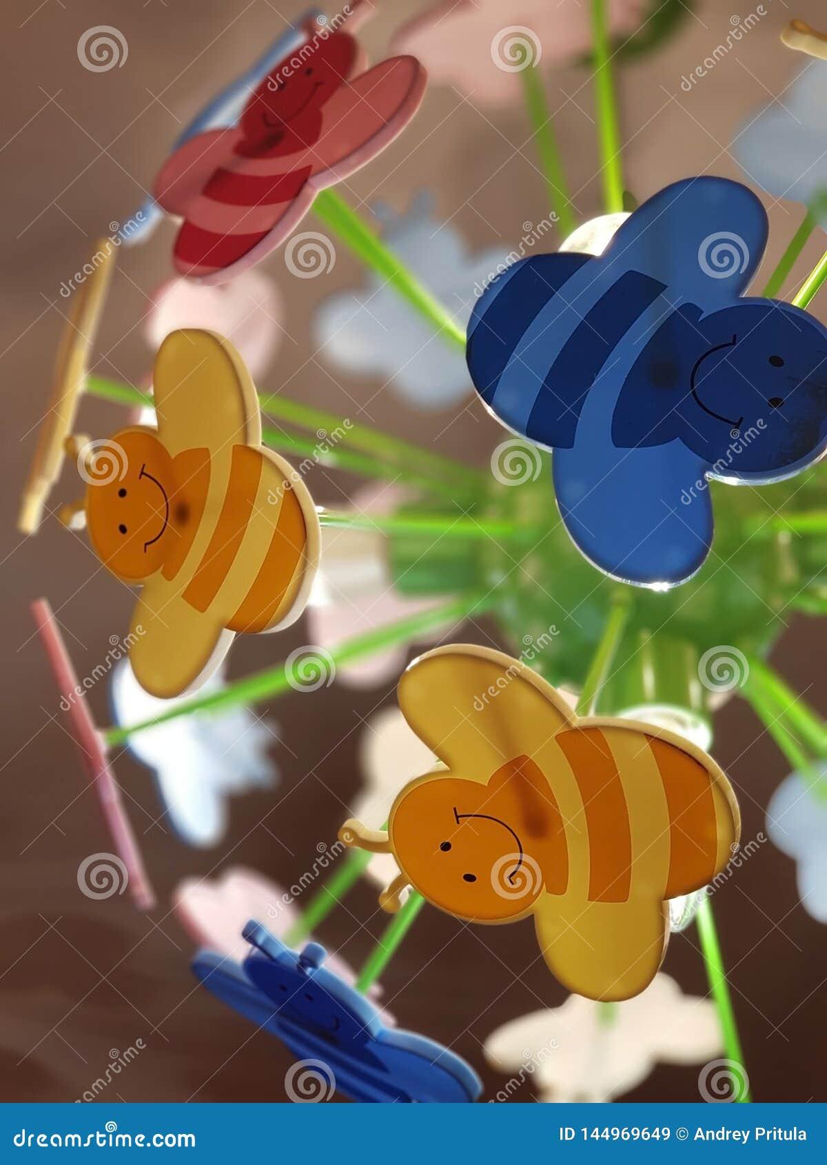 ST PETERSBURG RYSSLAND: Barns ljuskrona i form av kulöra tecknad filmbin på November 07, 2018
