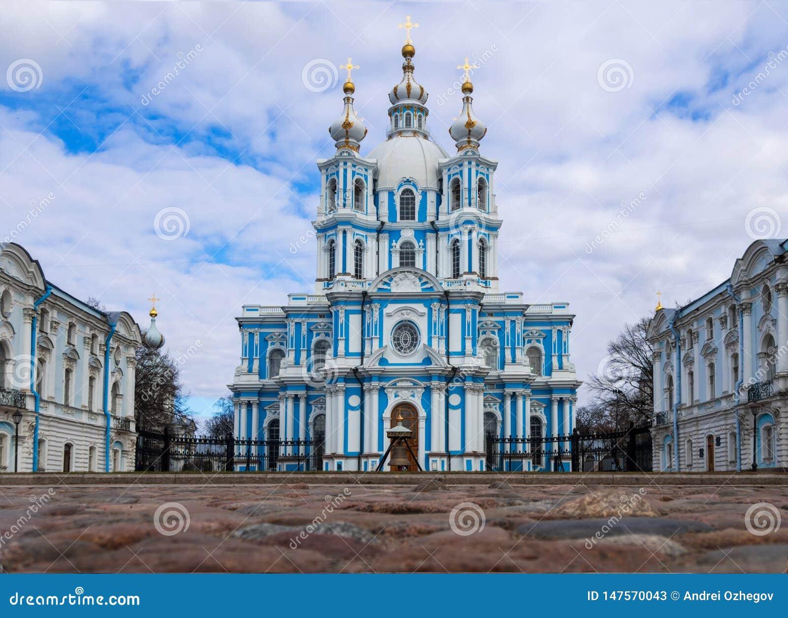 St Petersburg Ryssland, 2019-04-13: Smolny domkyrka