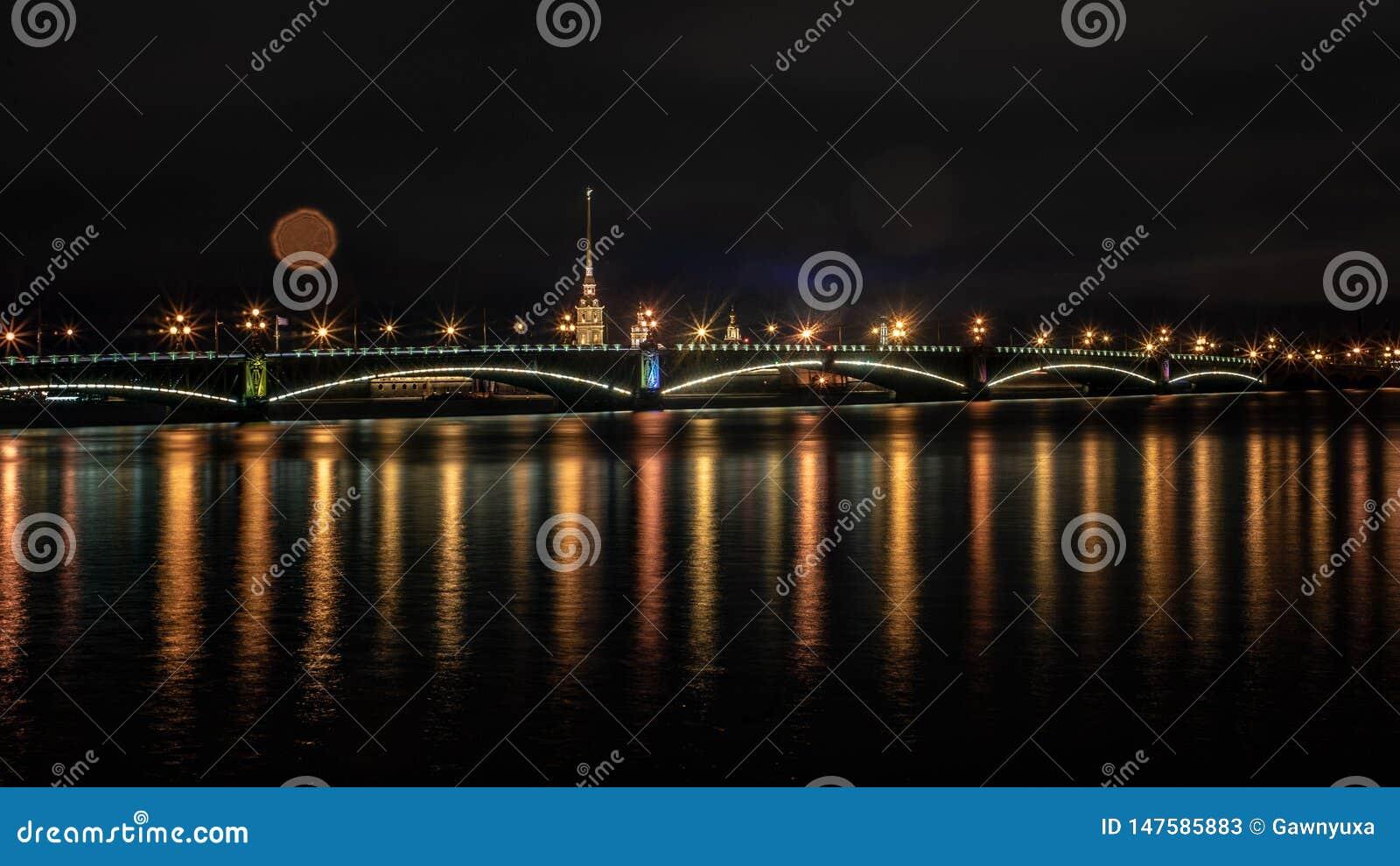 St Petersburg, trójca most, Neva rzeka, noc strzał
