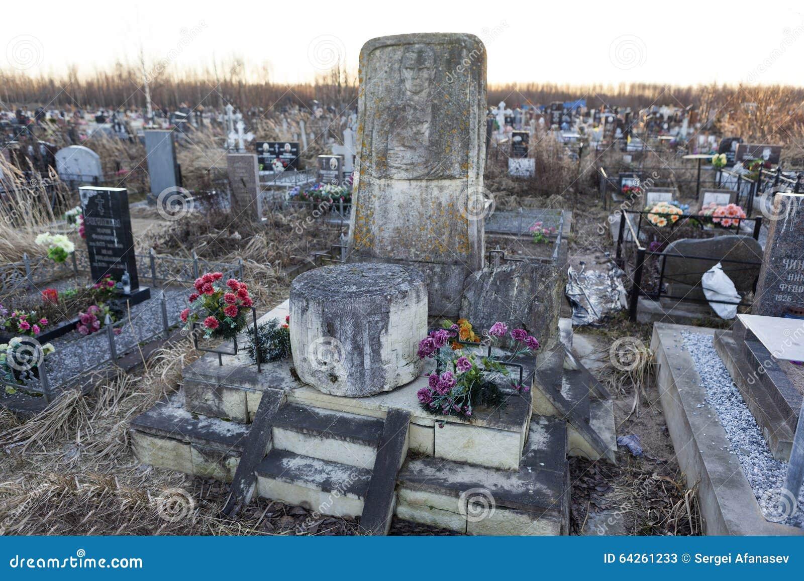 ST PETERSBURGO, RÚSSIA - 27 DE DEZEMBRO DE 2015: Foto do monumento na sepultura do linguista Knorozov