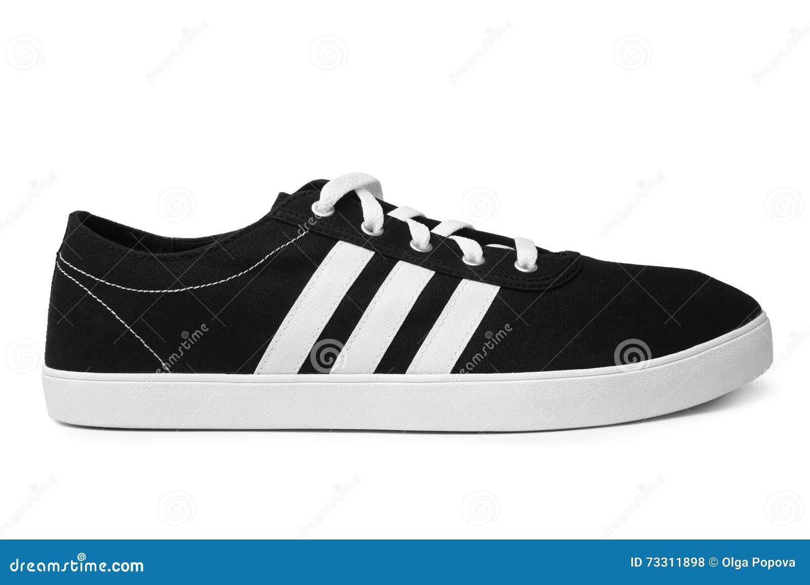 St PIETROBURGO, RUSSIA - 28 agosto 2014: ADIDAS mette in mostra la scarpa su fondo bianco