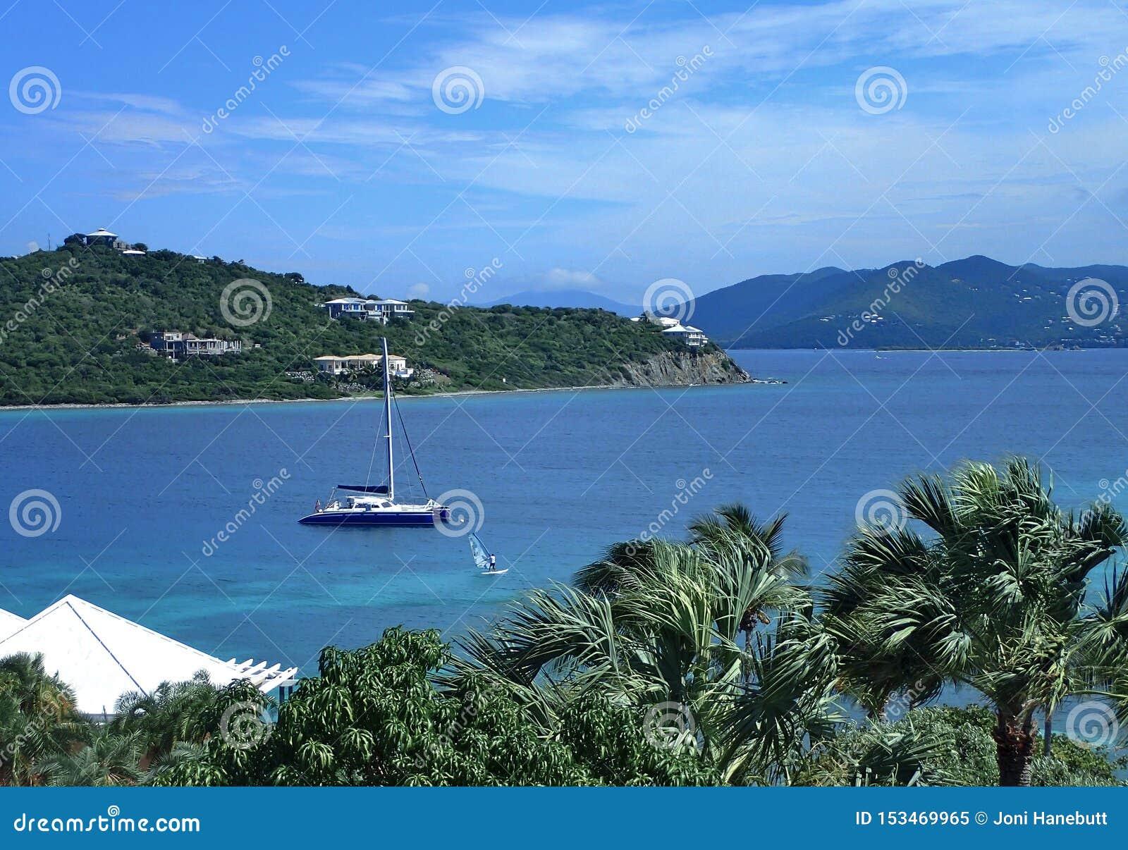 St Thomas strand i USA-oskuldön med härlig blå himmel, ljust blått vatten