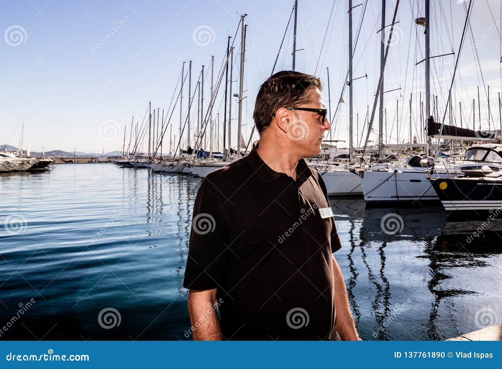 St Tropez, Франция - 2019 Фотограф работая в гавани St Tropez, французской ривьеры