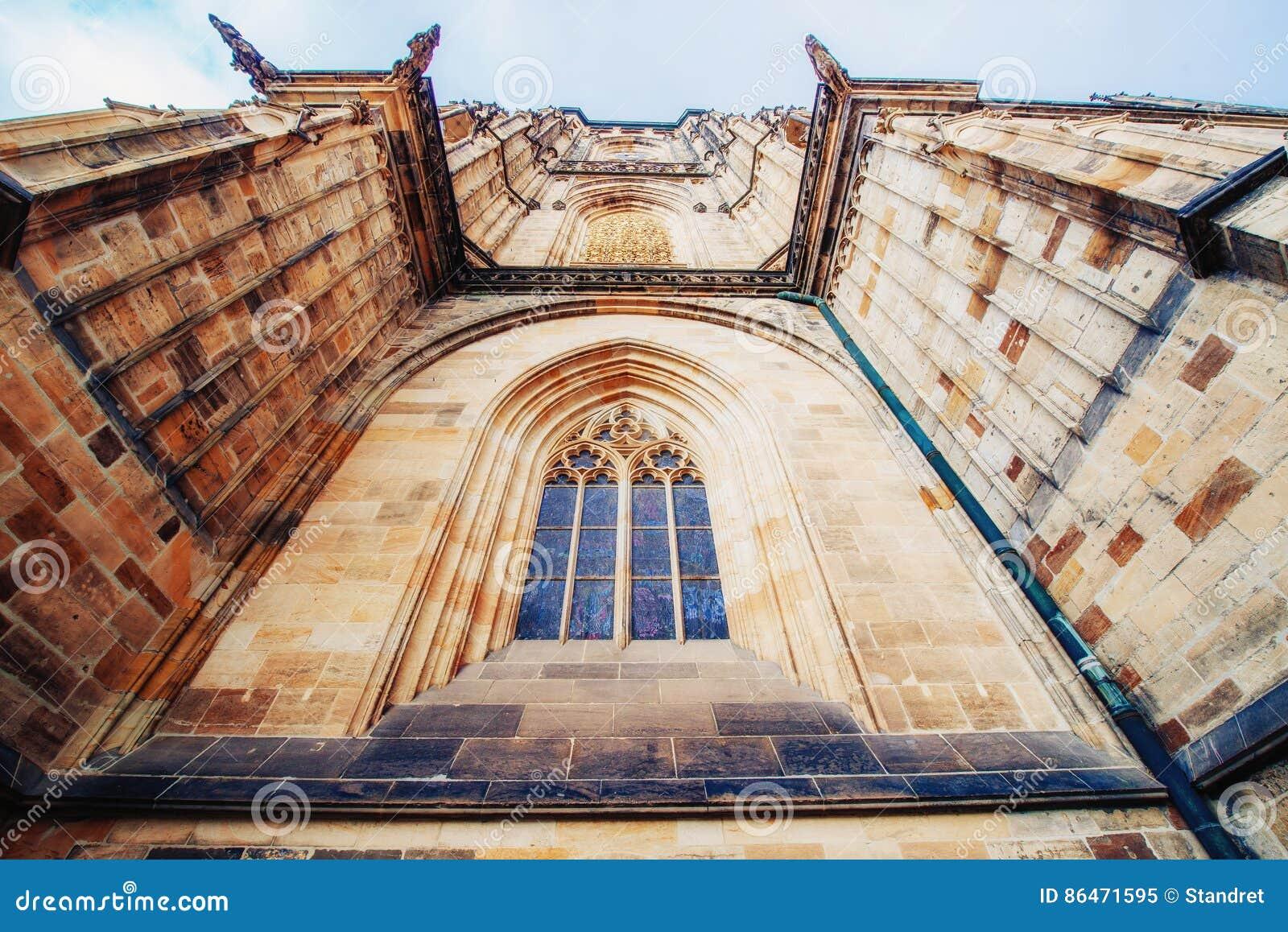 St Vitus Cathedral au château de Prague dedans sous le ciel bleu clair ensoleillé