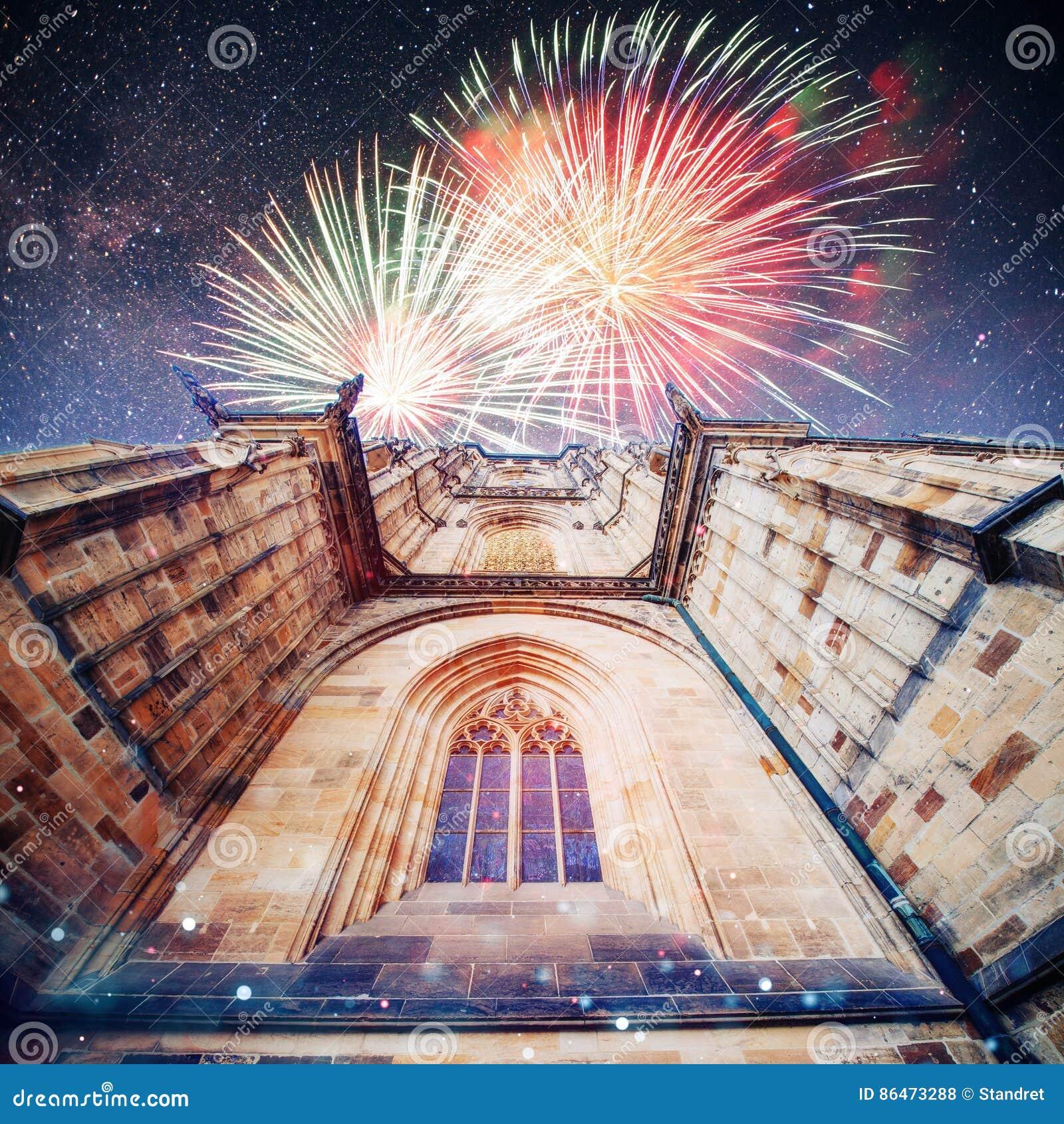 St Vitus Cathedral på den Prague slotten in under klara blått