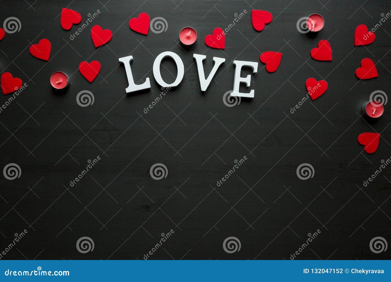 St walentynki ` s dnia pojęcie słowo miłość kłaść na drewnianym plecy mlejącym z czerwonymi świeczkami i sercami