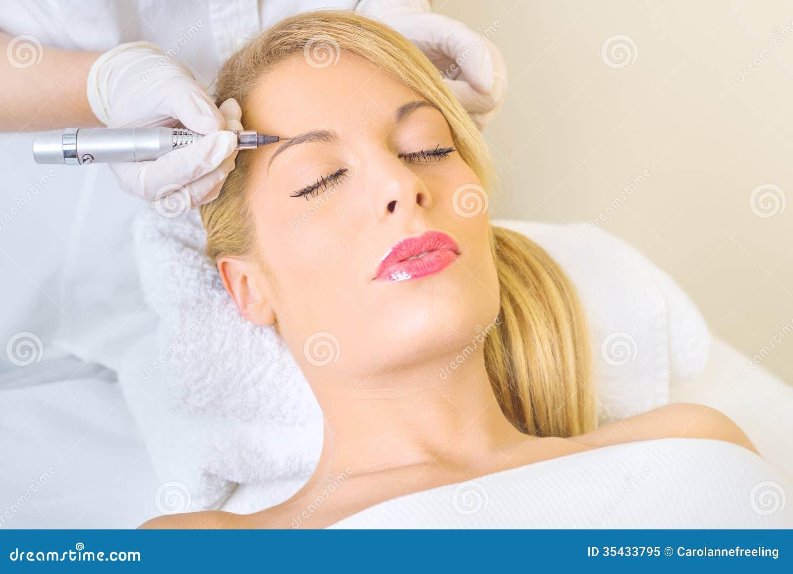 Stały makijaż na brwiach