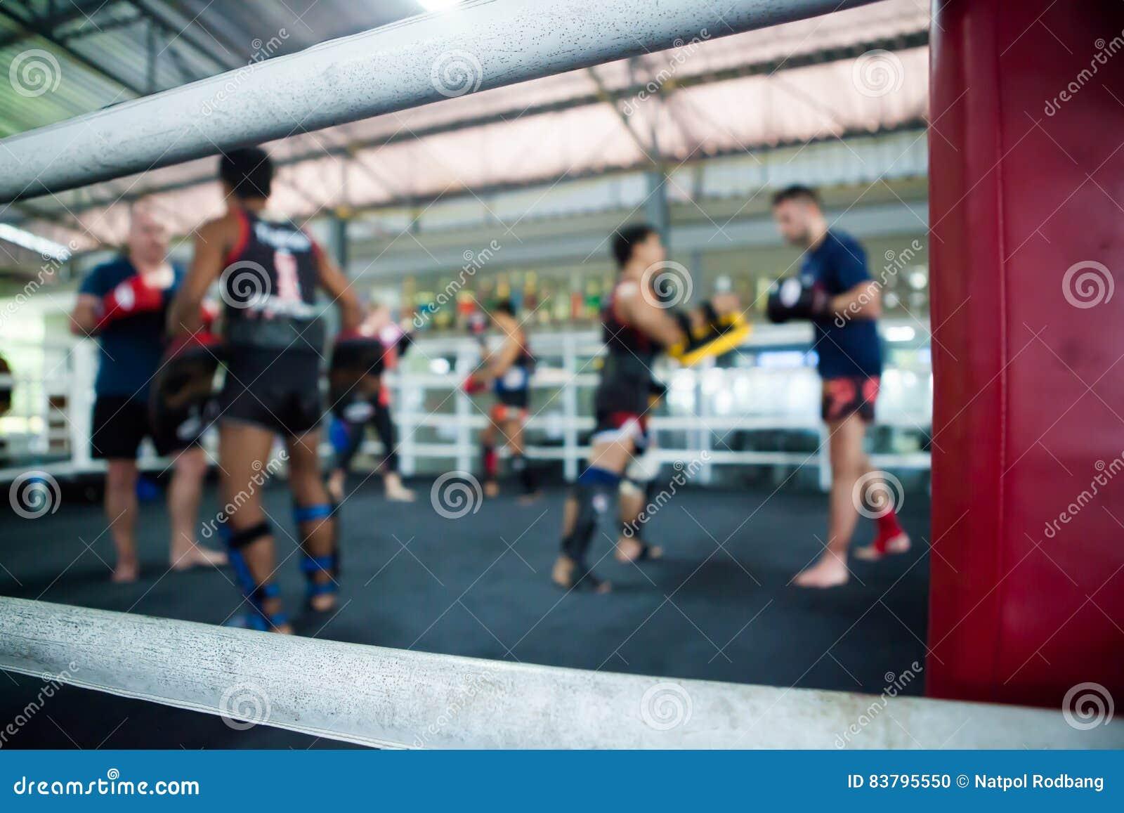 Stażowy tajlandzki boks na pierścionku w gym
