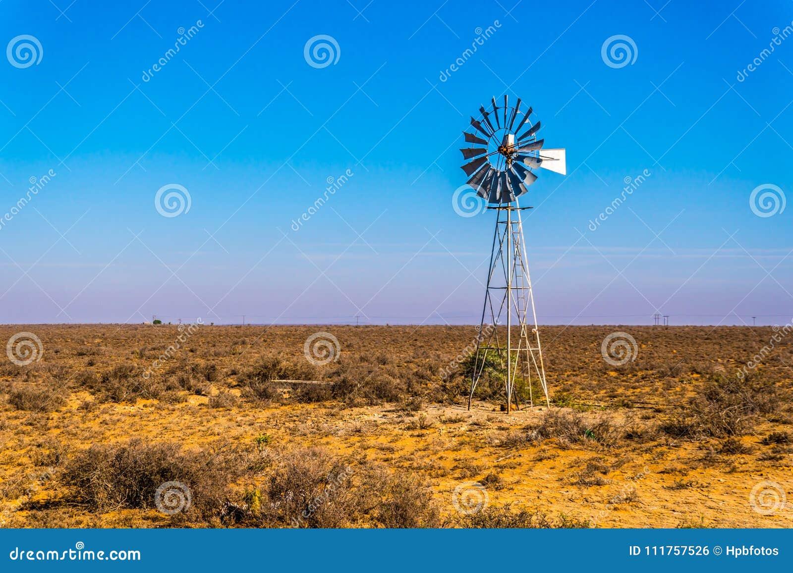Staal Windpump in het semi gebied van woestijnkaroo in Zuid-Afrika