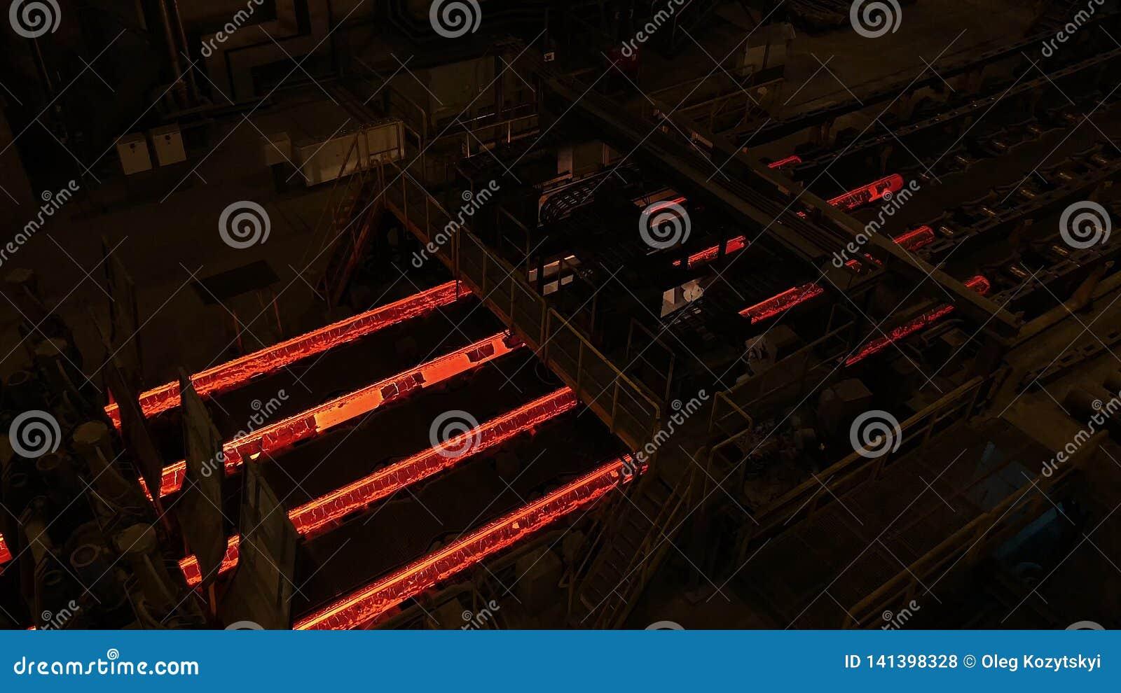 Staalfabriekinstallatie De productielijn van de metaalbuis bij metaalfabriek De hete productielijn van de staalpijp metallurgie G