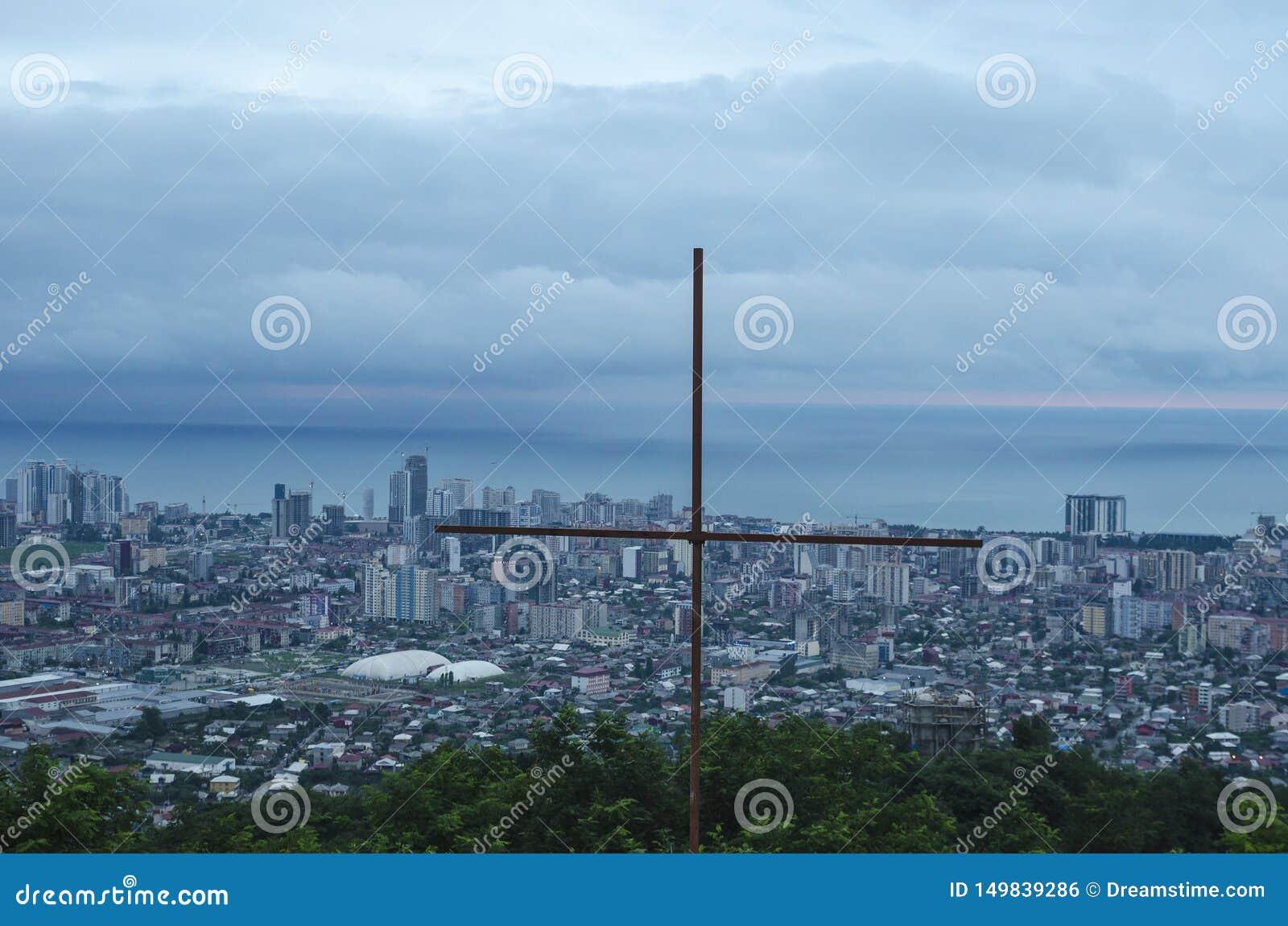 Staalkruis, op het hoogste punt van Batumi, Georgië wordt gevestigd dat