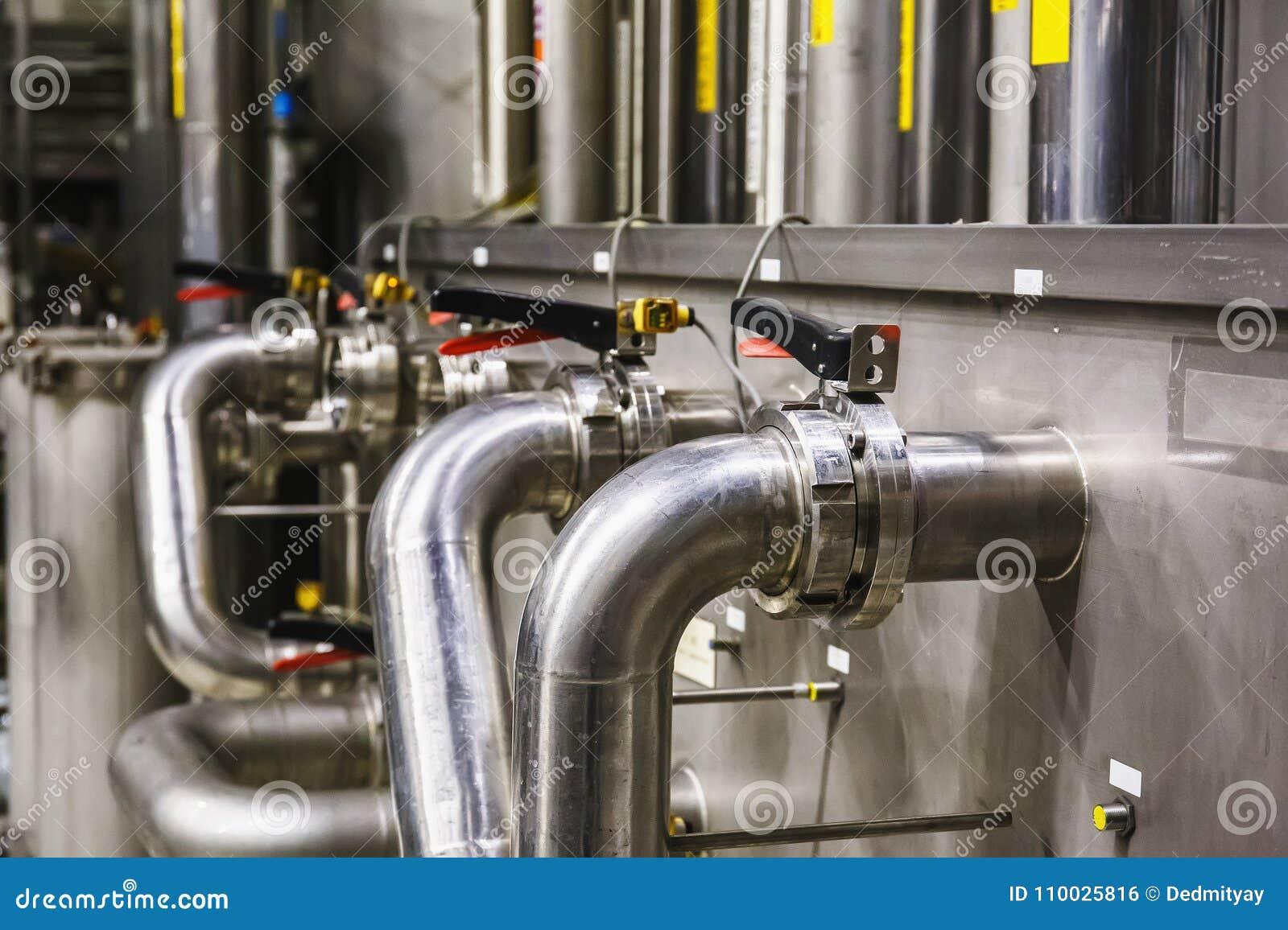 Staalpijpen bij moderne bierfabriek, brouwerijconcept Staaltanks voor bierproductie Industriële Achtergrond