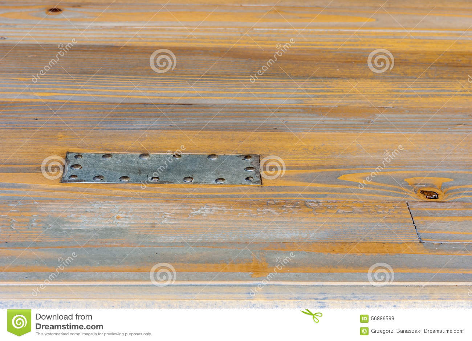Staalplaat aan hout wordt genageld dat