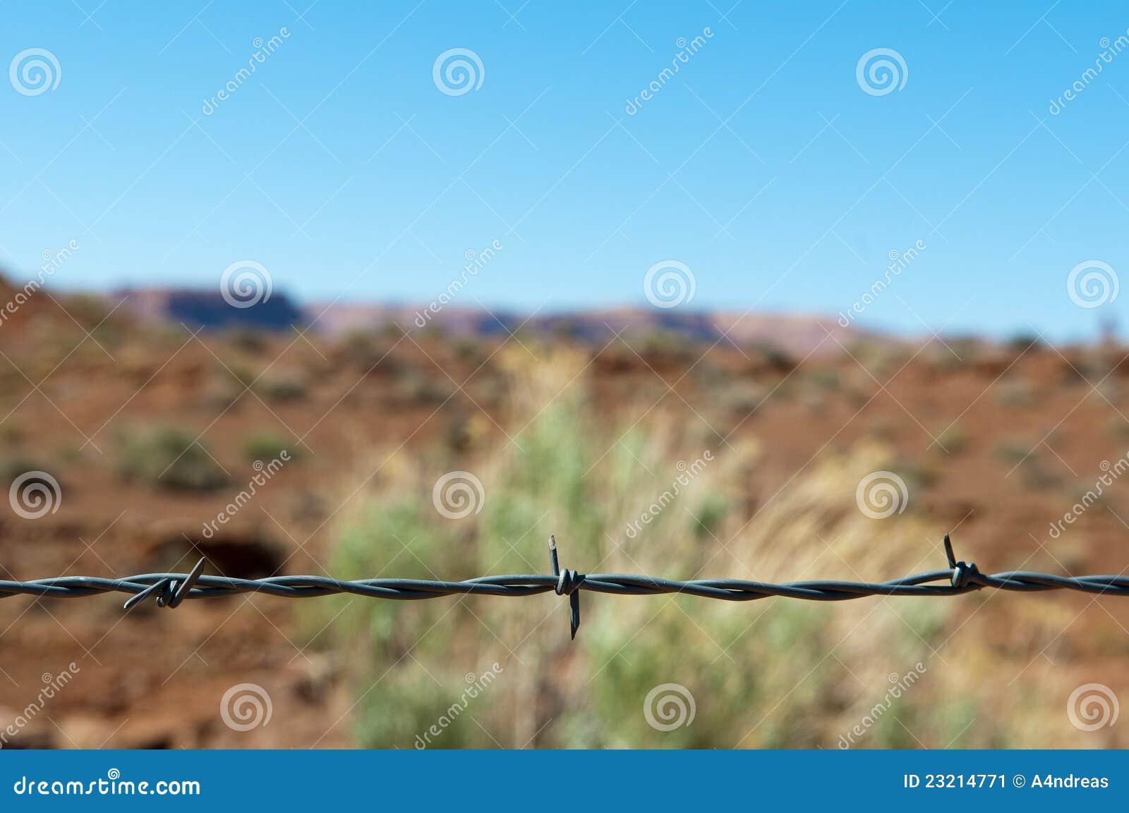Stacheldraht Als Teiler Zu Einer Wüste Stockbild - Bild von ...