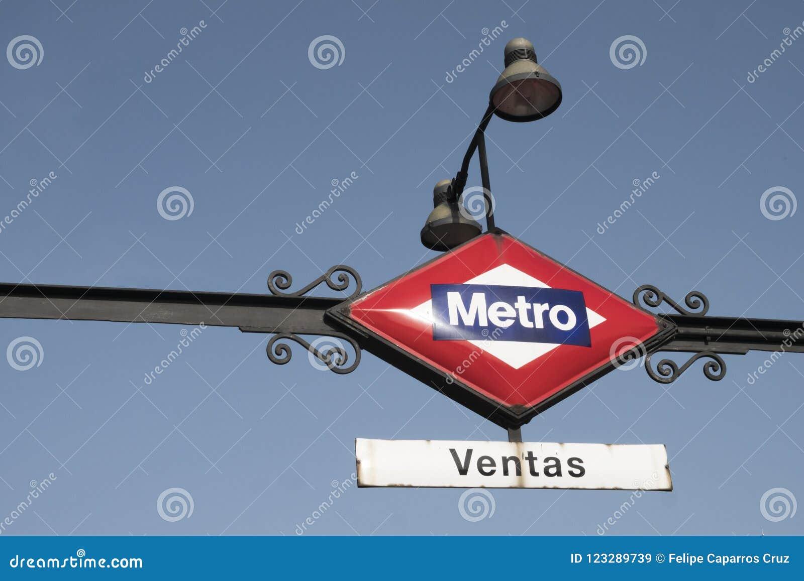 Stacja metru wskaźnik podpisuje wewnątrz Madryt
