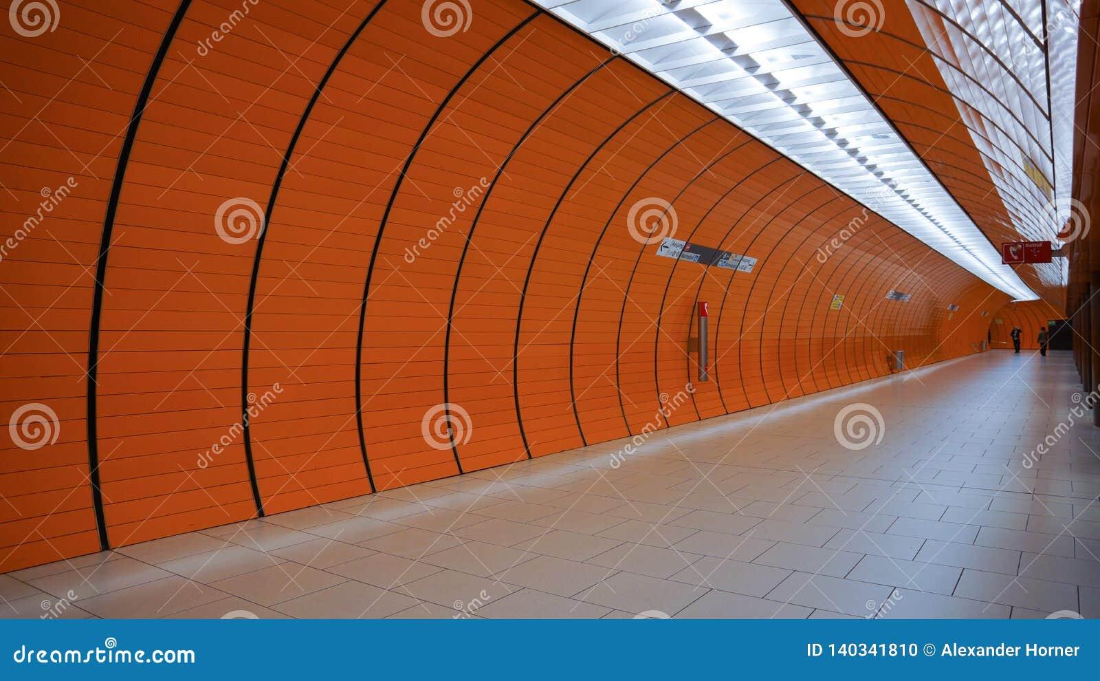 Stacji metrej tubki Munich marienplatz pomarańczowy łuk