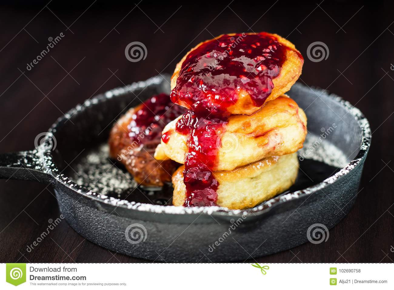 Smalle Kast Wit.Stack Homemade Fried Pancakes With Raspberry Jam In Small Cast Iron